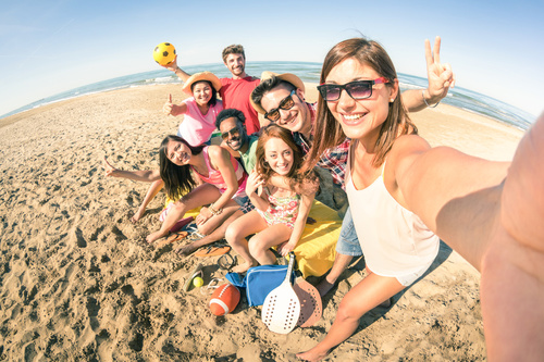 Selfie di gruppo in spiaggia