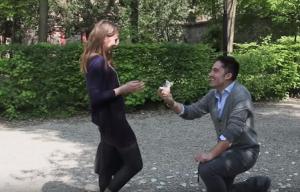 Giovanni in ginocchio davanti a Francesca, le fa la proposta di matrimonio