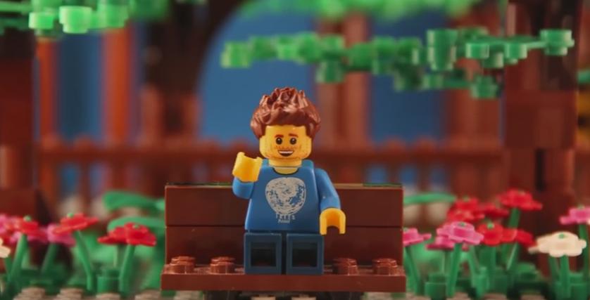 L'alter-ego Lego di Ben saluta Kirsten dallo schermo del cinema mentre lei è seduta in sala
