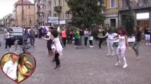Marco e Eleonora vengono ripresi da una telecamera nascosta mentre guardano i ballerini danzare