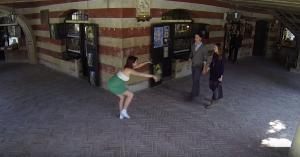 Una ballerina danza davanti a Giovanni e Francesca che passeggiano nel borgo medievale di Grazzano Visconti
