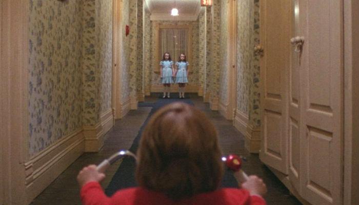 """Simmetria: bambino sul triciclo e davanti a lui le gemelle in """"Shining"""""""