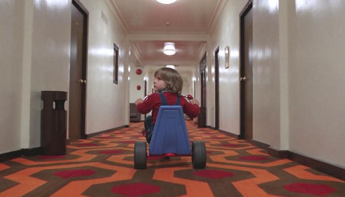 "Simmetria: bambino sul triciclo in ""Shining"""