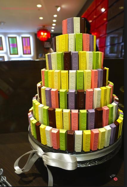 Cioccolato: totte di barrette Kit-Kat colorate