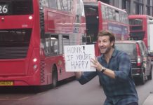 il testimonial di The Berry Company invita, tramite un cartello, gli automobilisti a suonare il clacson se sono felici dell'inizio della giornata