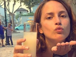 Louise Delage in un immagine del suo profilo instagram con un bicchiere in mano